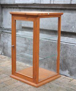 VN08- Tafel Vitrinekast- VERKOCHT