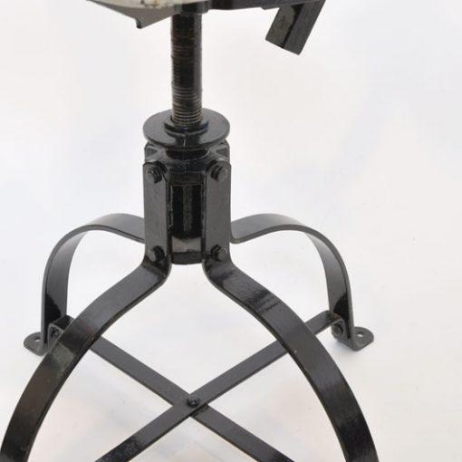WH18. Industrieel ijzeren draaistoel